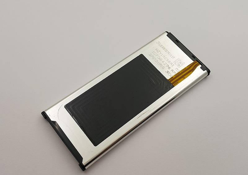 Mặt trong pin được gắn thẻ NFC nếu là pin chính hãng